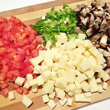 1. Stage. Mushrooms, cheese and sweet peppers are also cut into cubes. Finely chop the onion.