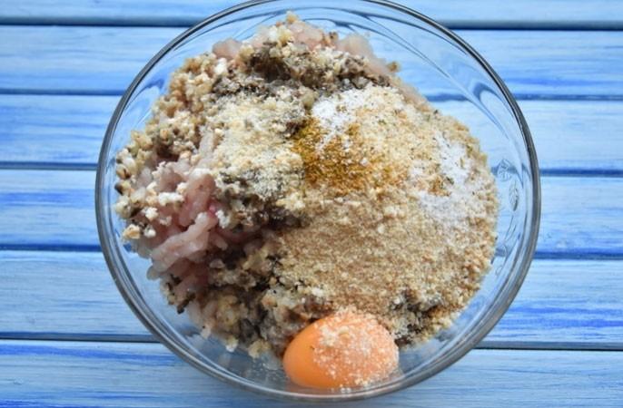 1. Етап. Гриби і цибулю обсмажте на суміші масел до готовності. Мясо і обсмажені гриби з цибулею пропустіть через мясорубку. Додайте у фарш жовток, крихту сухарів, вершки, сіль і перець за смаком. Добре перемішайте.