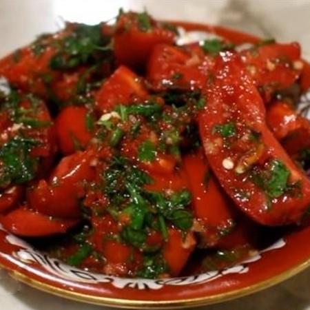 1. Этап. В кастрюлю выложите слой помидоров, затем покройте приготовленным соусом и повторите слои пока не закончатся ингредиенты. Добавьте совсем немного воды буквально пол стакана. Оставьте на 2 дня в холодильнику.