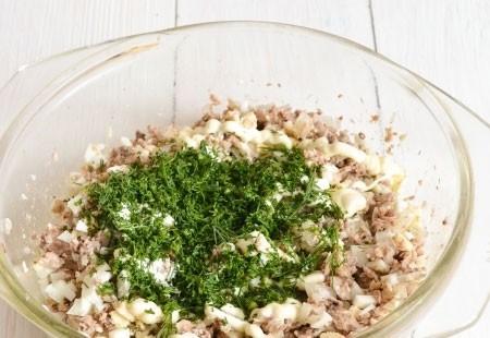 1. Этап. В нашу рыбную начинку добавьте майонез и рубленную зелень по вкусу. Если необходимо посолите и хорошенько перемешайте.