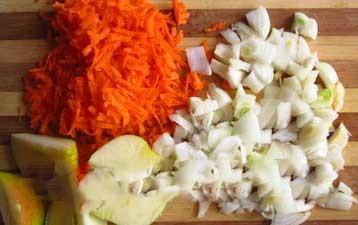 1. Этап. Растопить сливочное масло в большой кастрюле на среднем огне. Поместите нарезанный сладкий картофель, морковь, яблоко, лук. Перемешать и готовить яблоки и овощи, пока лук не станет прозрачным, около 10 минут.