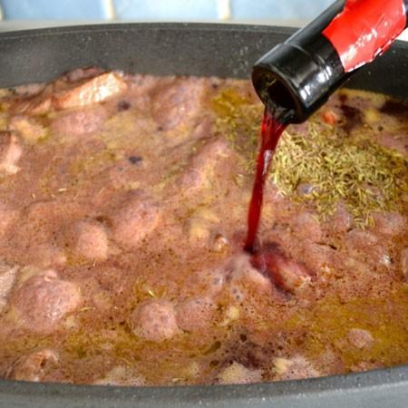 1. Этап. Влейте бульон и вино.