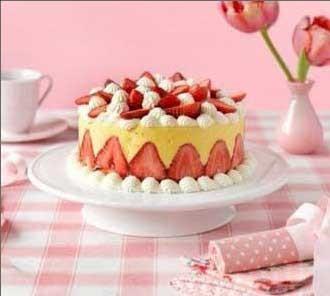 1. Этап. Охладите торт перед подачей. Украсьте клубникой.