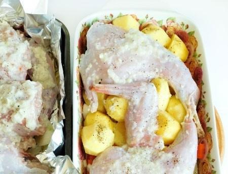 1. Этап. Форму для запекания смажьте оставшимся маслом, выложите очищенный и нарезанный кубиками картофель, немного посолите и поперчите. На картофель выложите кролика и накройте плотно фольгой.