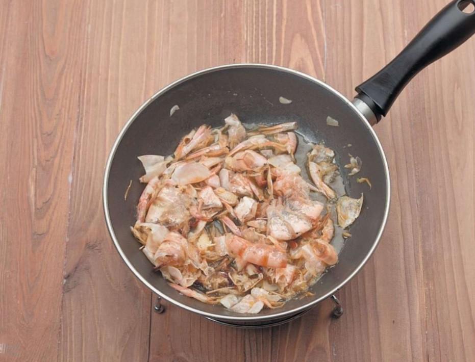1. Этап. Все креветки очистите от панцирей. Панцири обжарьте на растительном масле в течении 5 минут.