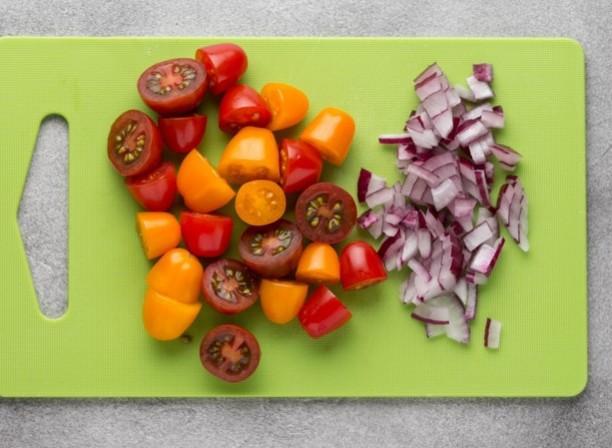 1. Етап. Цибулю дрібно наріжте, а помідори черрі розріжте навпіл або на 4 частини.
