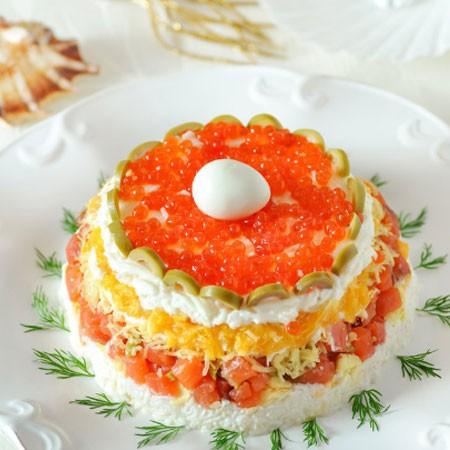 1. Этап. Последним слоем выложите яичные белки, украсьте салат маслинами, красной икрой и перепелиным яйцом. Поставьте в холодильник на пол часа чтобы пропитались все слои. Украшение можете изменять на свой вкус и на сколько хватит фантазии.