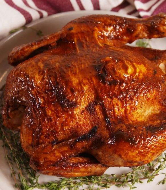 1. Этап. Вынуть курицу из мультиварки. Чтобы кожа стала хрустящей, переложите курицу на большой противень и жарьте в духовке до золотистого цвета 3-4 минуты. Дайте постоять 10 минут перед тем, как нарезать и подавать.