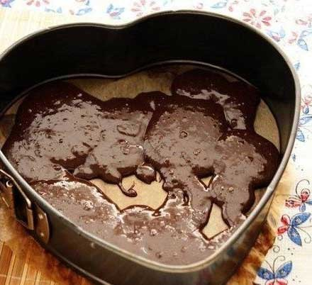 1. Stage. Lubricate the form with butter. First, spread the chocolate mass with a thin layer, you can leave a few glades.