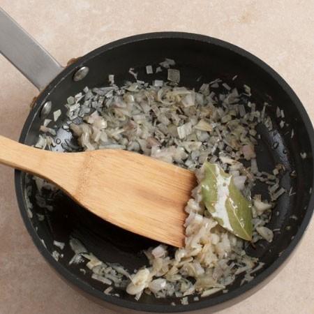 1. Этап. Лук нарежьте кубиками и обжарьте на небольшом количестве растительного масла с половиной чеснока мелко нарезанного. В сковороду добавьте лавровый лист чтобы он раскрыл свой запах.