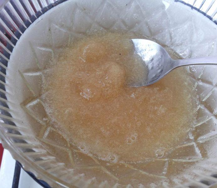 1. Этап. Желатин высыпьте в тарелку и залейте холодной водой 100 мл. Через 15 минут когда желатин впитает в себя всю воду и разбухнет растворите его на водяной бане, после отставьте в сторону.