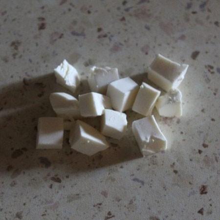 1. Этап. Сыр нарежьте кубиками.