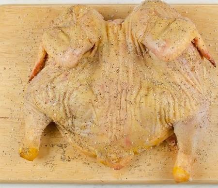 1. Этап. Мясо натрите солью и перцем с обеих сторон.