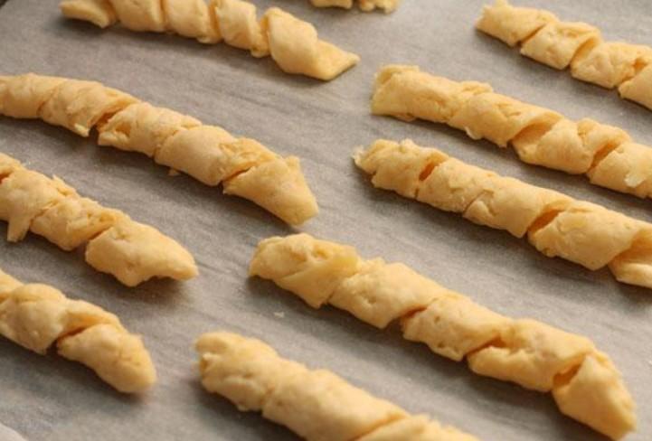 1. Этап. Готовые спиральки переложите на противень застеленный пергаментом и выпекайте при 200 С 15 минут.
