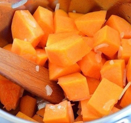 1. Stage. Peel and cut the pumpkin, add to the pan to the onion. Fry a little, add a little salt and pepper.