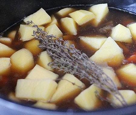 1. Этап. Мясо посолите, поперчите, добавьте остальной лук, нарезанный картофель, морковь и петрушку.