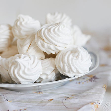 1. Stage. Sprinkle the finished marshmallows with powdered sugar, and you can also pour over melted chocolate.