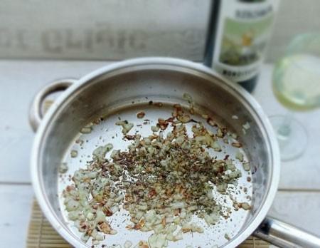 1. Этап. Лук мелко нарежьте и обжарьте до мягкости на небольшом количестве масла. Затем влейте вино и добавьте все специи вместе с измельченным чесноком, дайте покипеть минуту.