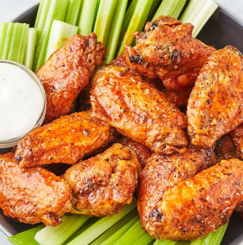 1. Этап. В большой миске взбейте венчиком острый соус, Вустерский соус и чесночный порошок. Добавьте приготовленные крылышки и аккуратно перемешайте, чтобы они полностью покрылись. Подавать горячими.