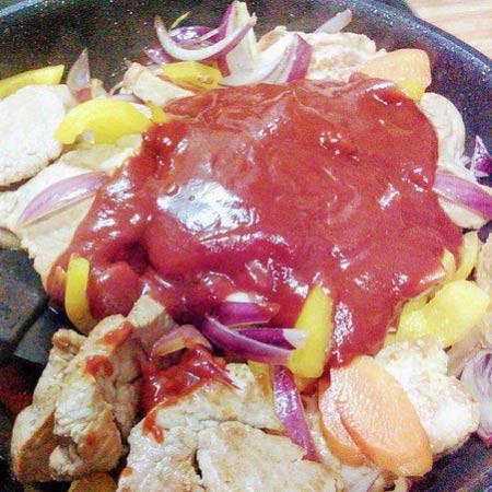 1. Этап. В сковороду добавьте кетчуп, томатную пасту и все специи, влейте вино и соевый соус. Тушите около 10-15 минут.