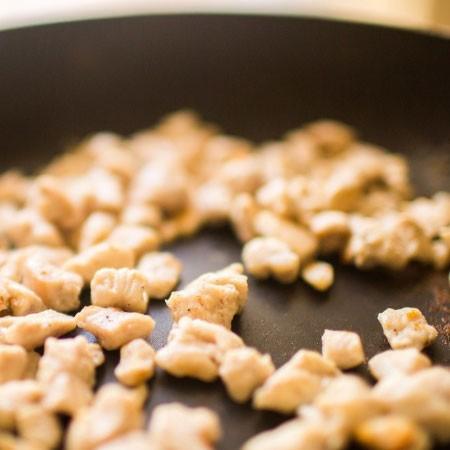 1. Этап. Мясо нарежьте мелкими кусочками, приправьте солью и перцем по вкусу, обжарьте.