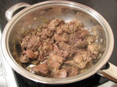 1. Этап. Куриную печень промойте хорошо под проточной водой и добавьте в сковороду к луку. Обжарьте до готовности около 10 минут, в конце посолите и поперчите по вкусу.