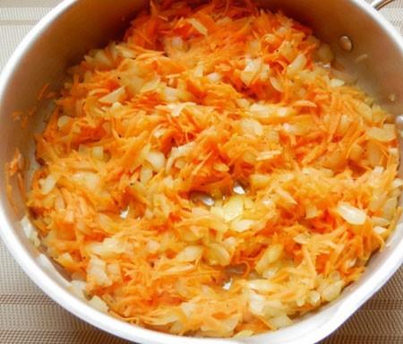 1. Этап. Морковь натрите на терке и обжарьте с нарезанным луком до мягкости.