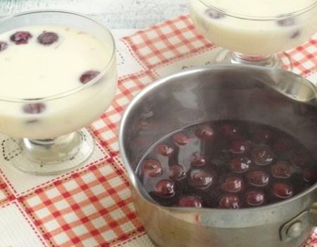 1. Этап. Молочную смесь охладите, разлейте по креманкам, в каждую добавьте по несколько вишенек и поставьте в холодильник до полного застывания. В вишню влейте оставшуюся воду (100 мл), доведите до кипения и добавьте желатин. Мешайте до полного растворения желатина и охладите.