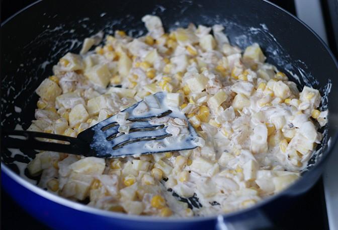 1. Этап. Картофель нарежьте кубиками и обжарьте слегка на сливочном масле, затем добавьте к нему кукурузу и сливки, томите под крышкой до полуготовности картофеля.