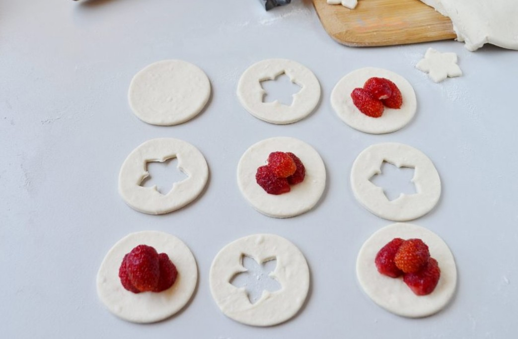 1. Stage. Strawberries in whole circles.