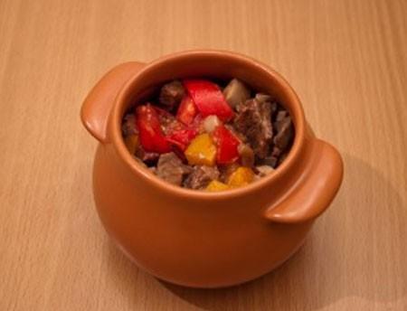 1. Этап. В горшочки сначала положите немного мяса с овощами, затем фасоль и снова овощи с мясом. Влейте примерно по 50 мл воды в каждый горшочек.