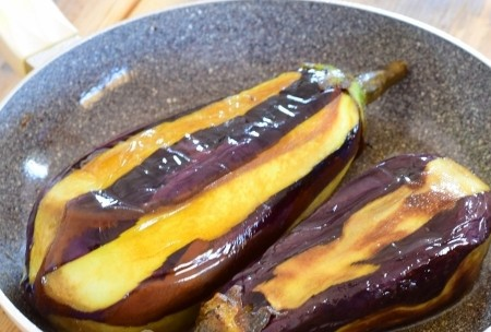 1. Stage. Heat a tablespoon of oil in a pan and fry the eggplants on each side for 5 minutes.