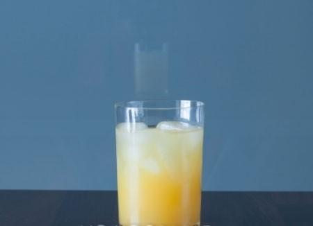 1. Этап. Влейте сок апельсина.