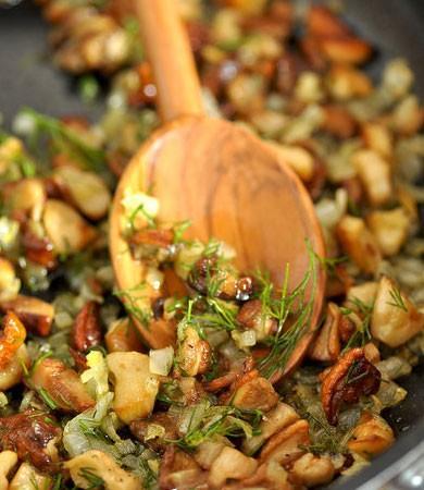 1. Этап. Грибы и лук нарежьте кубиками, обжарьте до румяности, в конце посолите и поперчите по вкусу. Снимите с огня и добавьте рубленную зелень. Можете использовать любые грибы.
