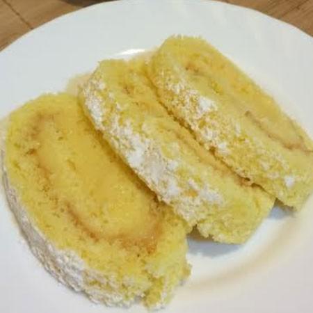 1. Этап. Кремом смажьте бисквит и сверните рулетом. Поставьте в холодильник на 1 час, затем посыпьте сахарной пудрой и подавайте.
