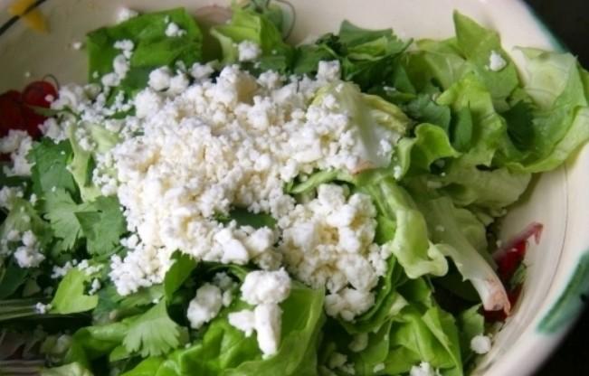 1. Этап. Салат и петрушку хорошо промойте и порвите руками или нарежьте произвольно. К салату добавьте измельченный сыр фету.