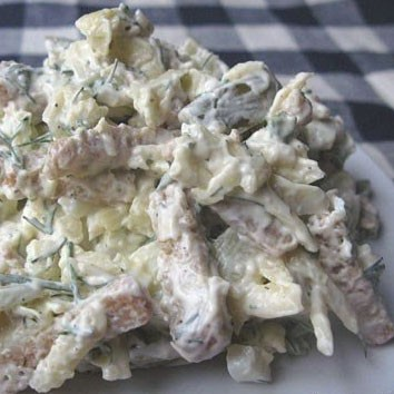 1. Stage. <strong>Cheese salad with crackers is</strong> almost ready, mix all the ingredients, add the garlic passed through the press, season to taste and season with mayonnaise. Add crackers before serving so that they do not get wet.