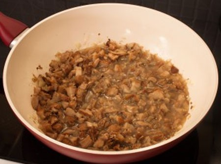 1. Этап. После добавьте измельченные грибы, влейте 100 мл воды и готовьте периодически помешивая 30 минут.