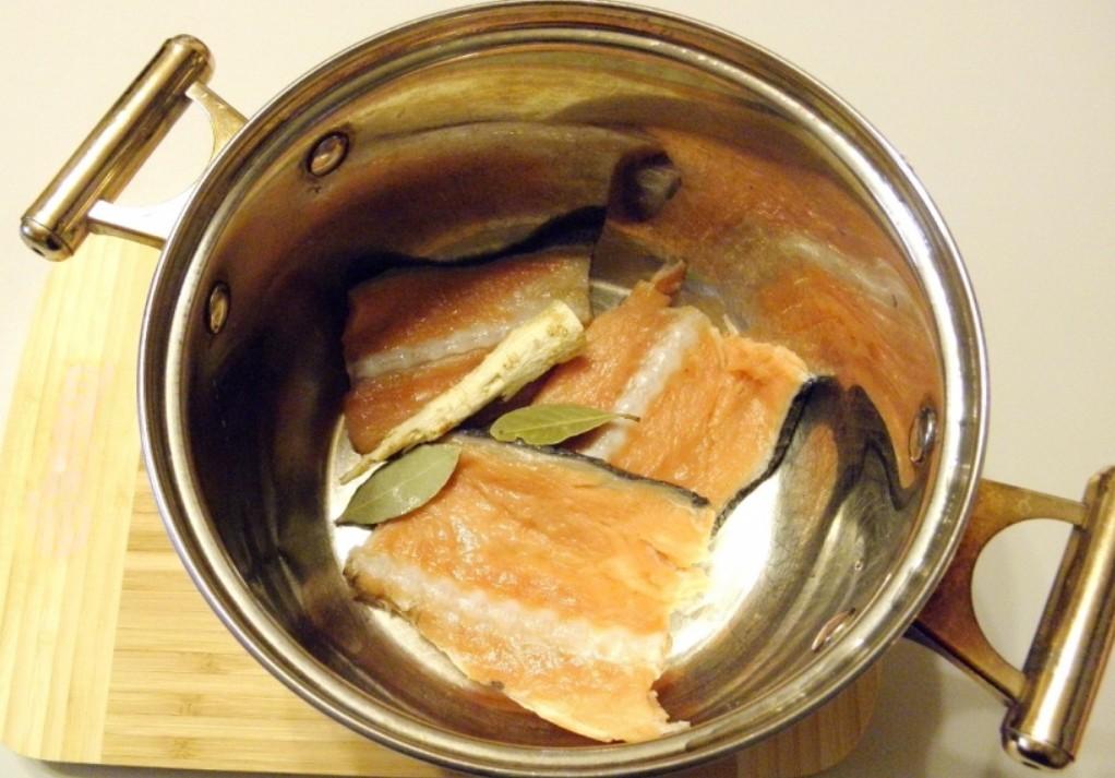 1. Етап. Для приготування нам потрібен не сам лосось, а лише хребет щоб приготувати наваристий бульйон. Хребет помістіть в каструлю, додайте корінь петрушки, лавровий лист, трохи солі, залийте водою і варіть після закипання 20 хвилин. Після бульйон процідіть, мясо зніміть з кісток, а кістки викиньте.