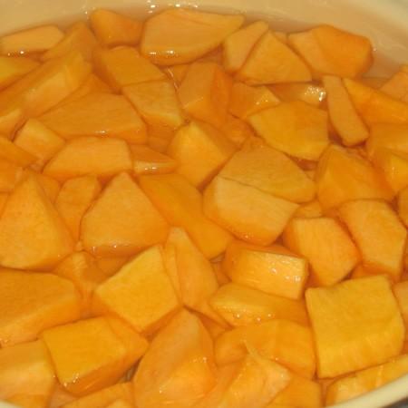 1. Этап. Очищенную тыкву нарежьте кусочками и залейте водой. Доведите до кипения и добавьте сок со всех апельсинов и мякоть, всыпьте сахар и лимонную кислоту.