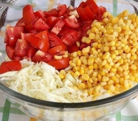1. Stage. Chop the cabbage, finely chop the tomato. Add the corn.