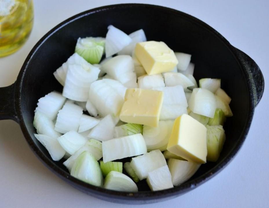 1. Этап. Лук нарежьте крупно и обжарьте на сливочном масле всего лишь до мягкости.