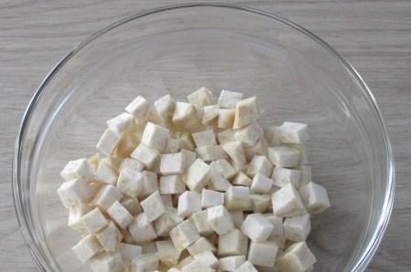 1. Этап. Корень сельдерея очистите и нарежьте мелкими кубиками.