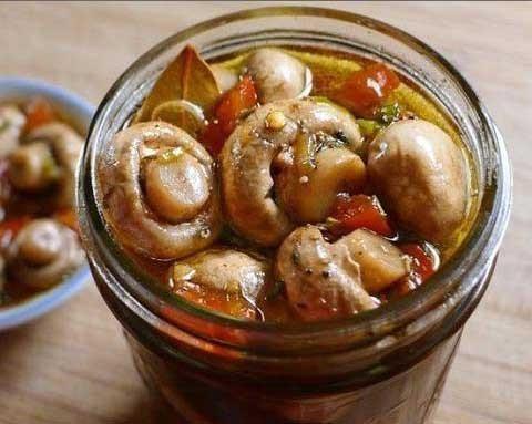 1. Этап. Слейте воду с грибов и залейте их маринадом. Поварите еще 3 минуты в маринаде, охладите до комнатной температуры и поставьте в холодильник на ночь.