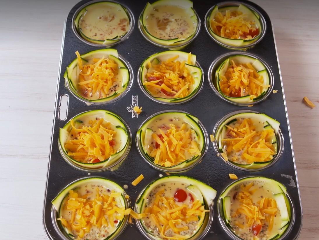 1. Этап. В средней миске взбейте яйца, сливки, орегано и хлопья красного перца, затем приправьте солью и черным перцем. Полить яичной смесью ветчину и помидоры, затем посыпать тертым сыром.