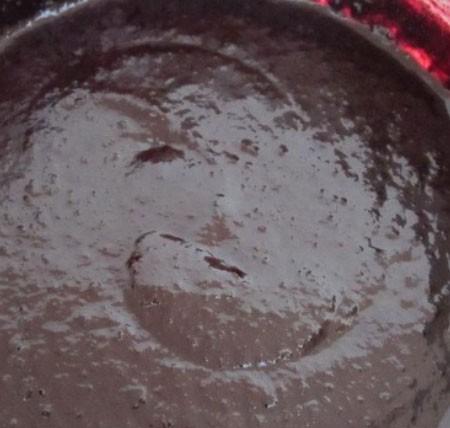 1. Этап. Чернику перебейте блендером в пюре, добавьте по вкусу мускатный орех, соль и перец. Варите на медленном огне постоянно помешивая пока соус не станет густым. В конце добавьте горсть свежей брусники и снимите с огня.