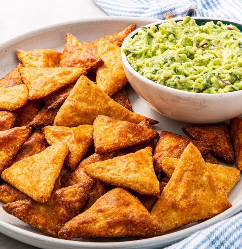 1. Этап. Разложите чипсы на подготовленных противнях и выпекайте, пока края не станут золотистыми и не станут хрустящими, 12–14 минут.