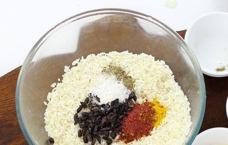 1. Этап. Рис хорошо промойте и добавьте в него все специи и соль, хорошо перемешайте что бы специи равномерно распределились.