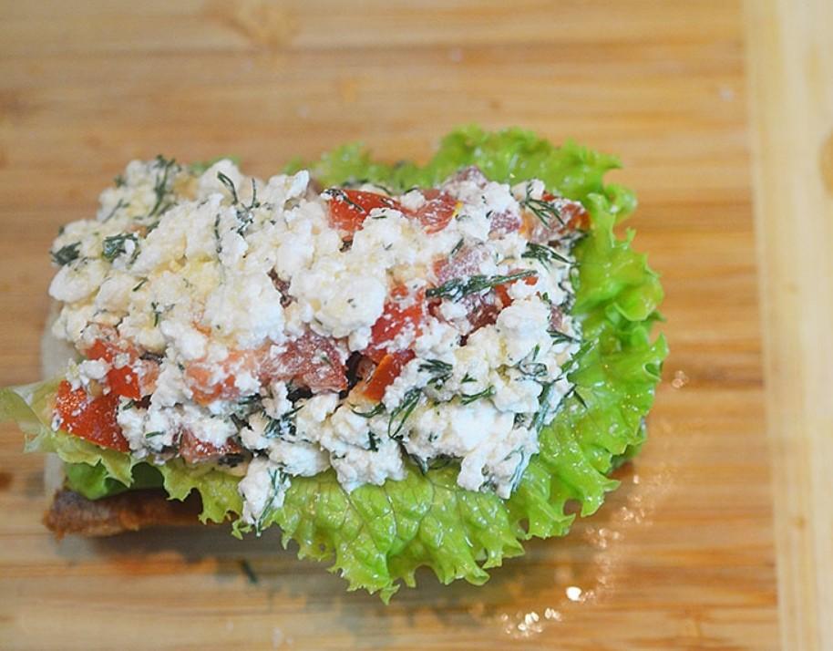 1. Этап. На каждый кусочек хлеба положите салат и творожную смесь.