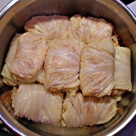 1. Stage. Fold the remaining leaves and put the stuffed cabbage in a pan.